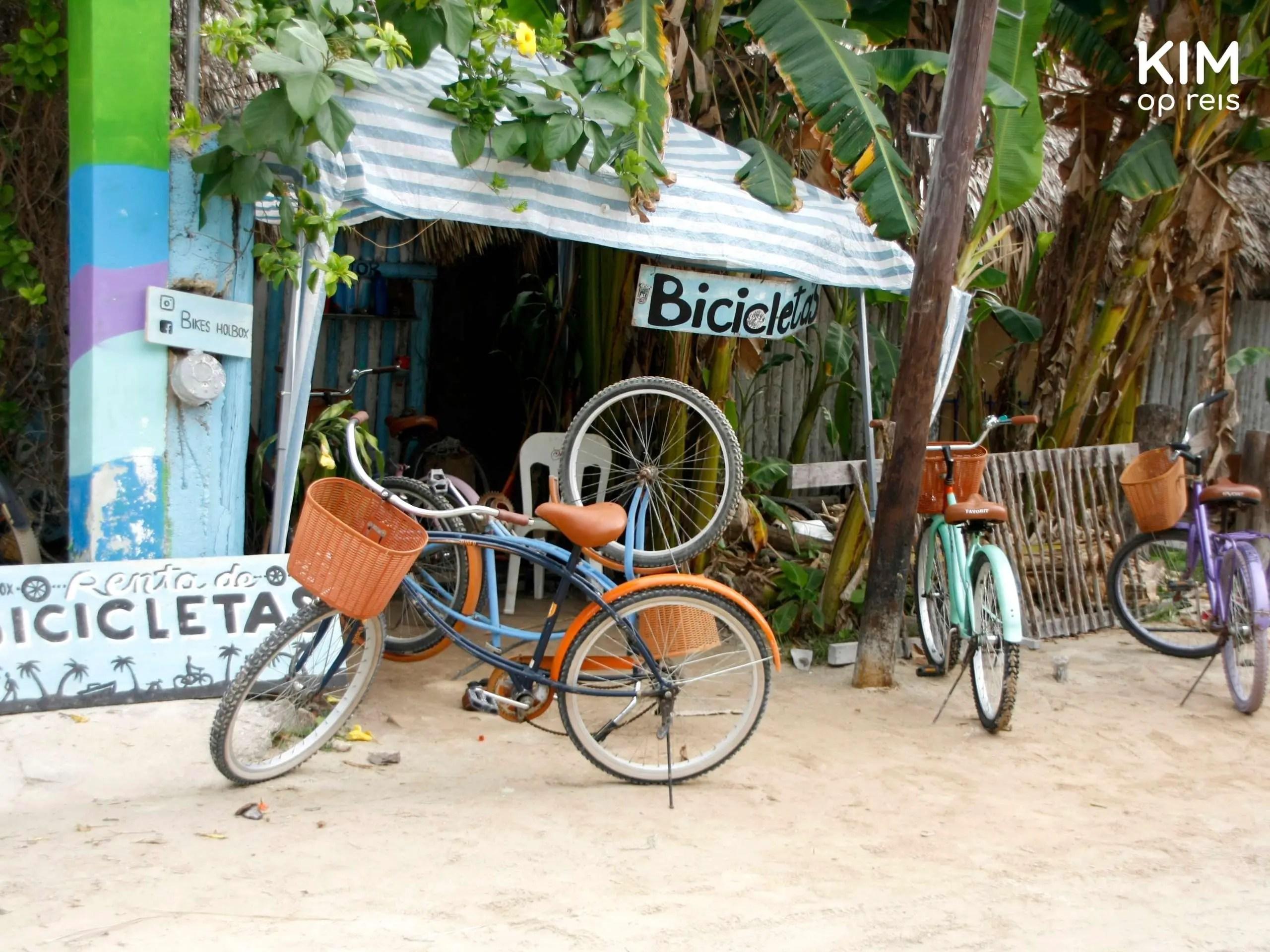 Isla Holbox fiets huren: aantal fietsen staan voor een gebouwtje