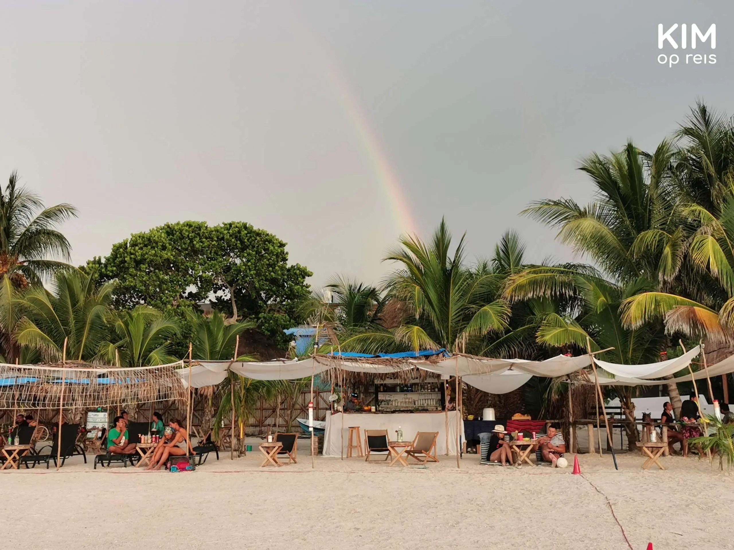 Isla Holbox strand strandtentjes: strandtentjes met op de achtergrond een regenboog