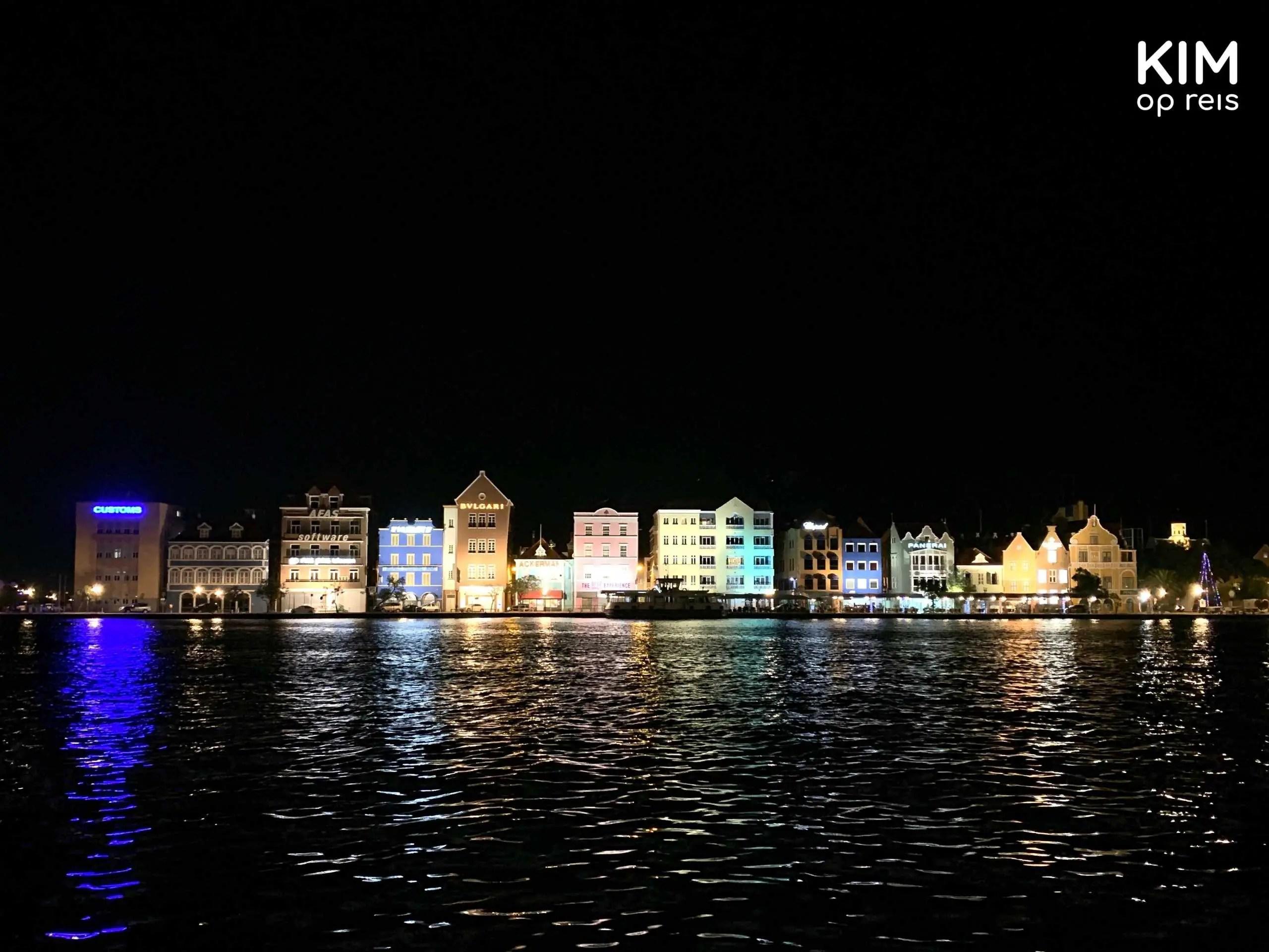 Willemstad Handelskade Curaçao avond: rijtje kleurrijke en verlichte koopmanshuizen in het donker