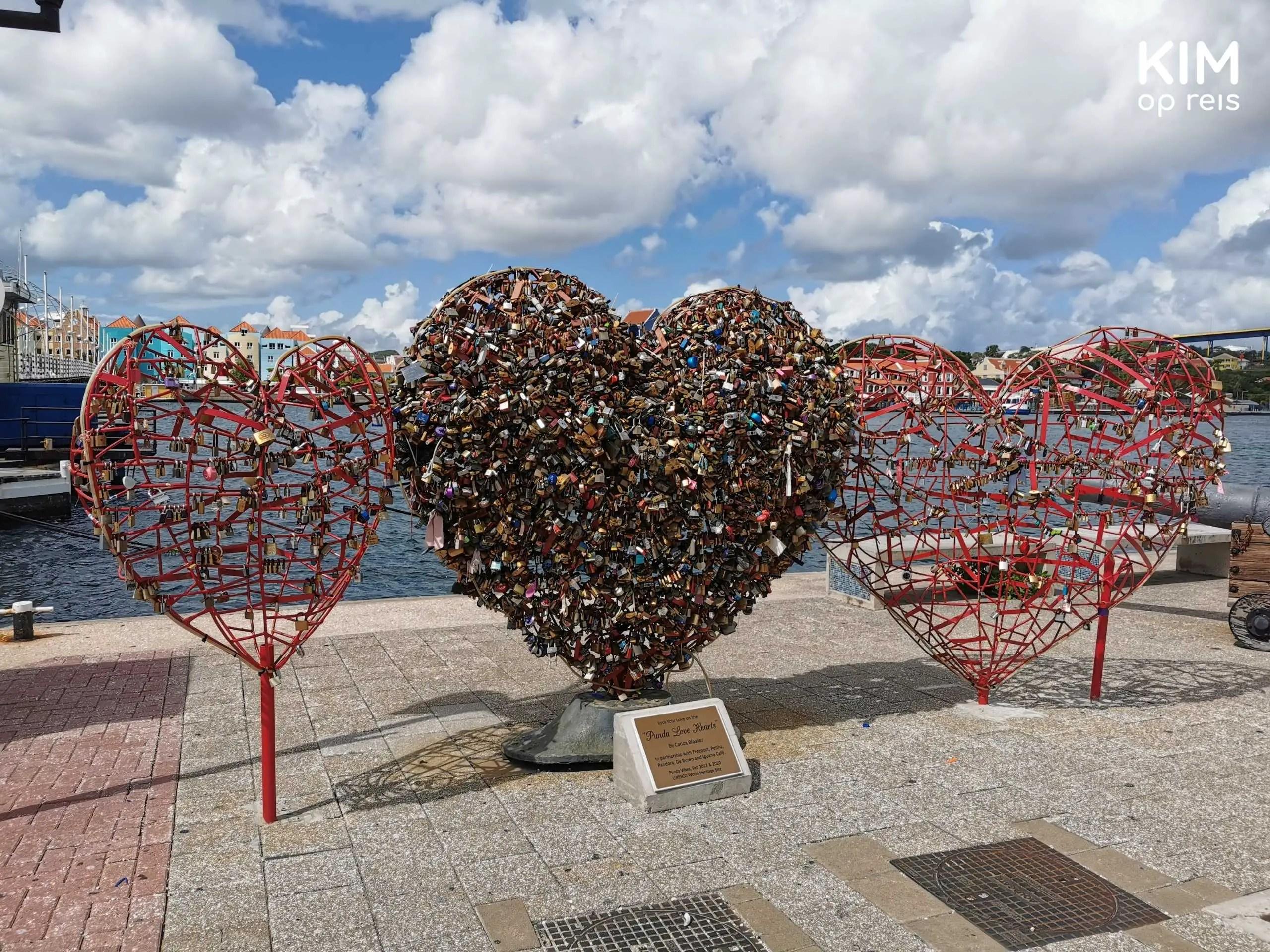 Willemstad Punda Love Heart: drietal grote harten, waarvan de middelst al volgehangen is met slotjes