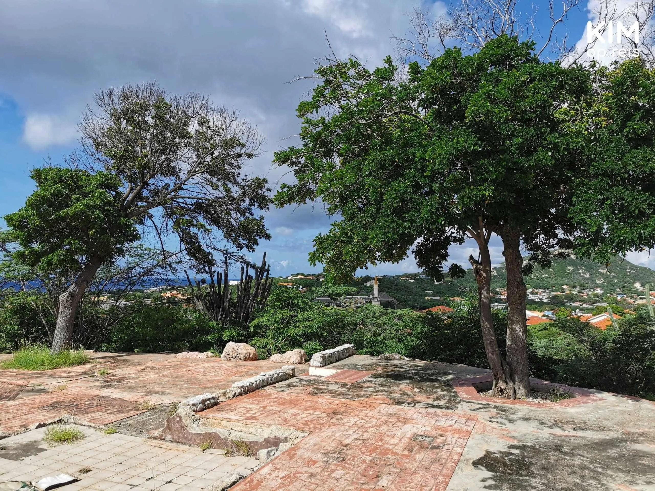 Curaçao Fort Waakzaamheid: op de grond zie je restanten van het fort, bijna geheel verwoest