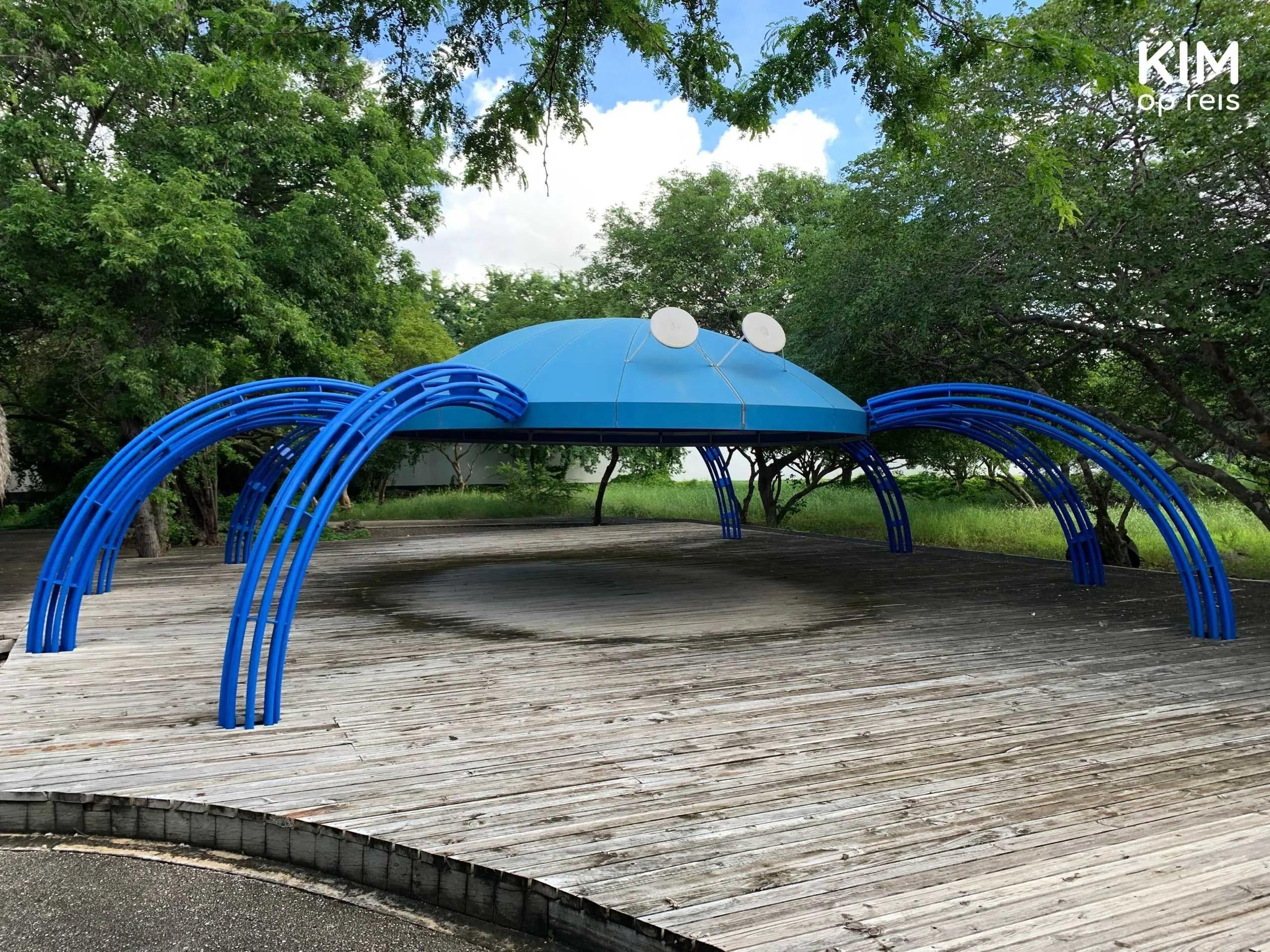 Curaçaosch Museum museumtuin Willemstad: kunstwerk in de tuin, enorme blauwe spin