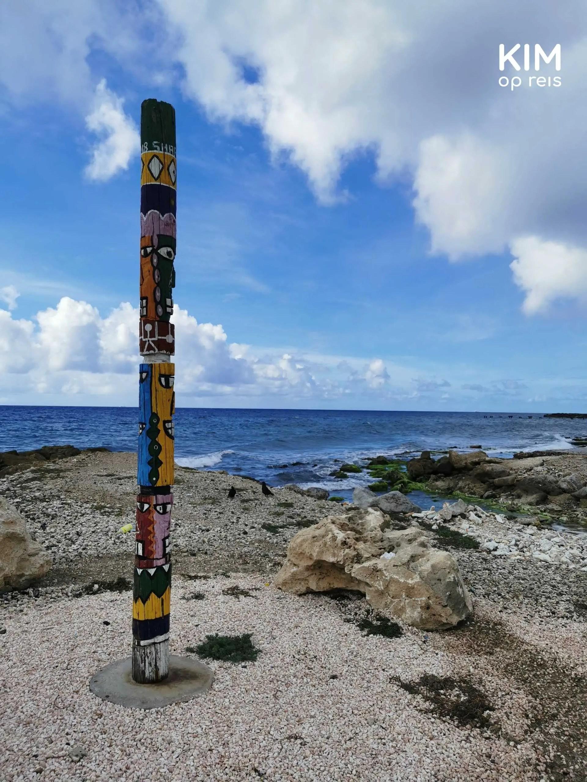 Parke Lucha pa Libertat Curaçao: totempaal aan de rand van de zee