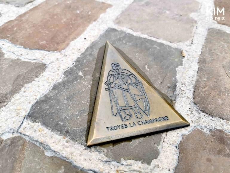 Audiotour Troyes bewegwijzering: koperkleurige pijl met daarop een ridder afgebeeld