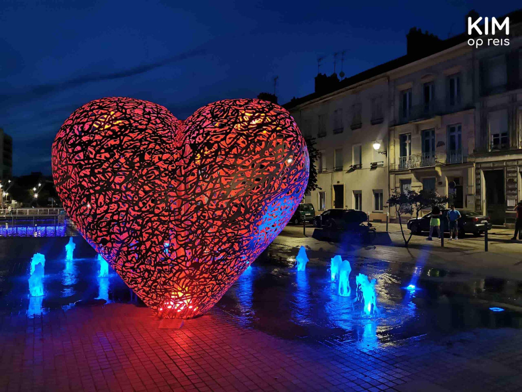 Le Coeur de Troyes: groot, rood verlicht hart bij watersproeiers
