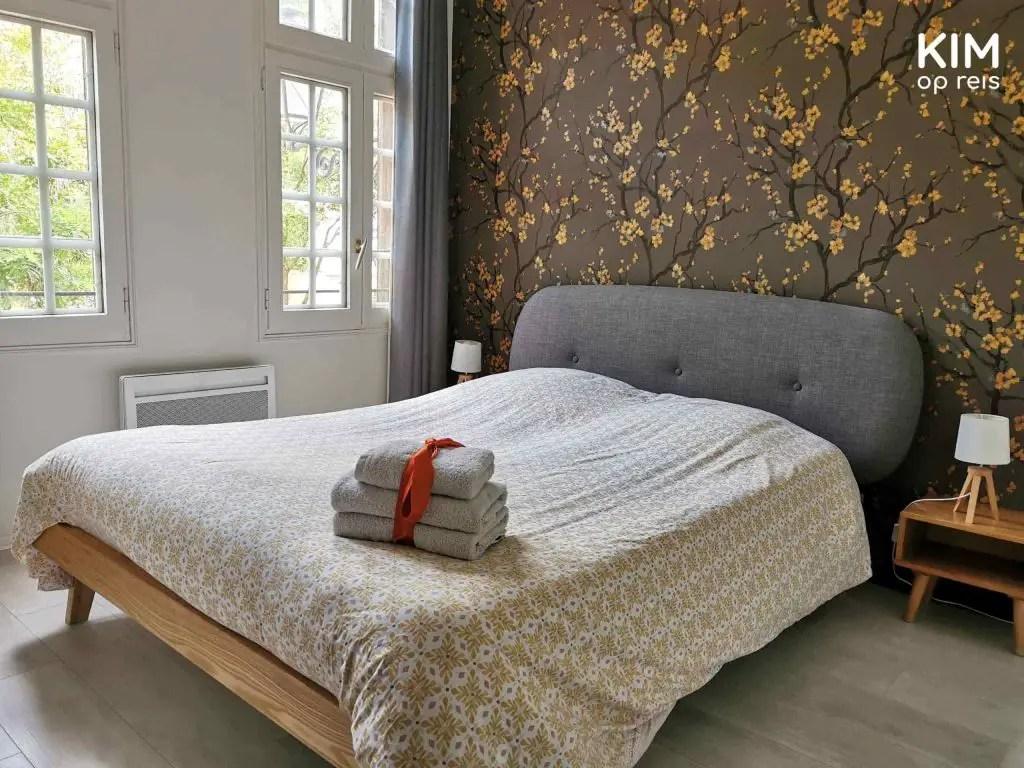 Overnachten Troyes: opgemaakt bed met een stapeltje handdoeken