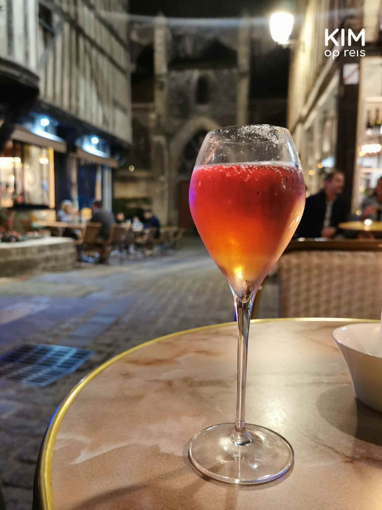 Rosé Champagne Rue Champeaux Troyes: glas rosé champagne op tafel