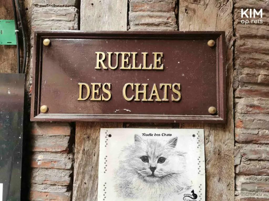 Ruelle des Chats Troyes: straatnaambordje en een afbeelding van een kat