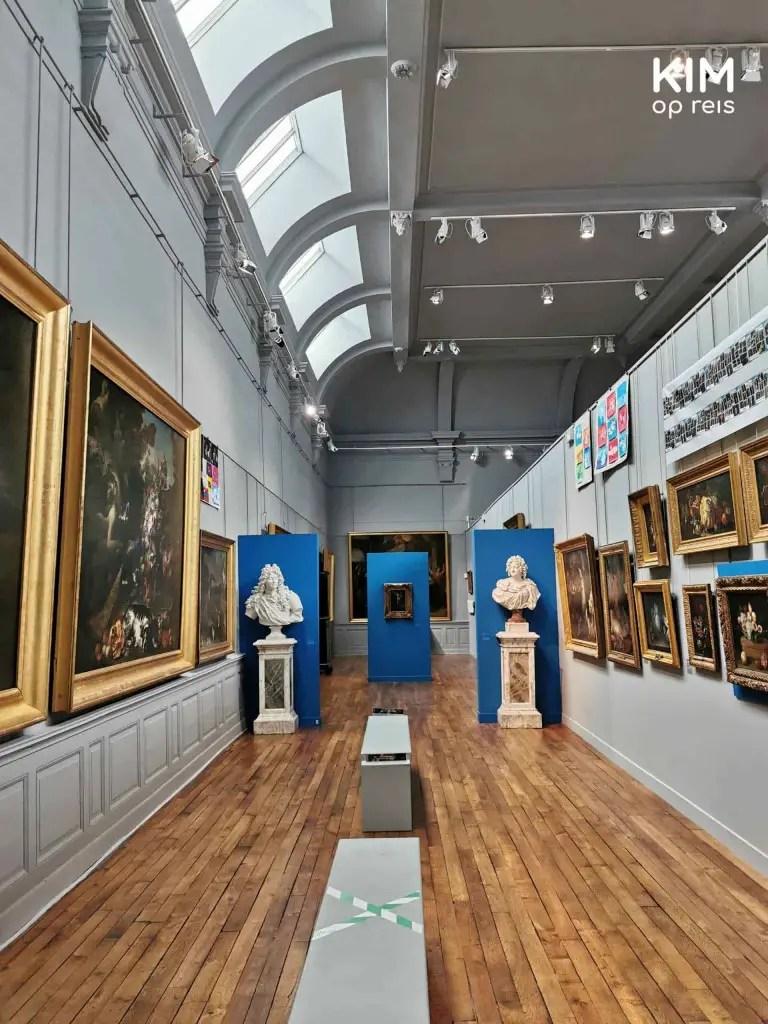 Saint-Loup Museum: hoge gang met aan weerszijden schilderijen