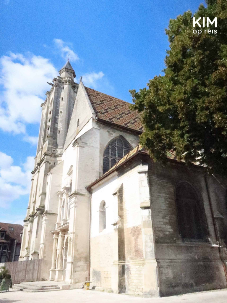 Troyes kerk : gevel van een kerk tegen een blauwe lucht