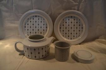 Arabia Kartano, teekannu ja kaksi matalaa lautasta