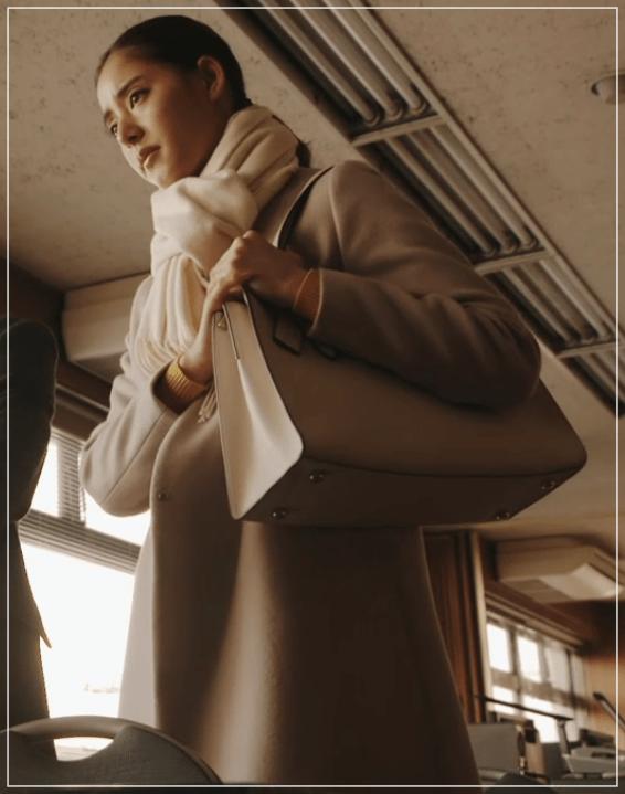 トレース[8話]新木優子のおしゃれな衣装!眼鏡にマフラーやバッグも3