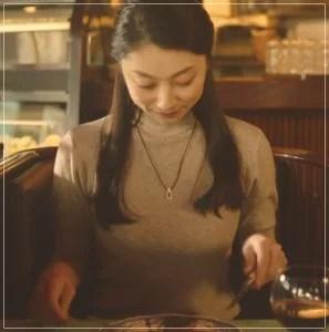 美食探偵明智五郎/小池栄子の衣装[3話]レーストップスやネックレス