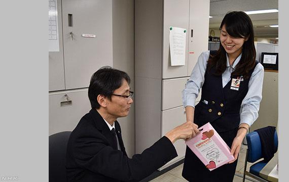 발렌타인데이 직장 초코릿선물 발렌타인데이 일본 의리초코 문화와 초콜릿 회사의 전면광고