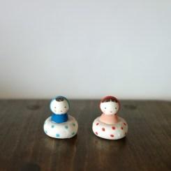 ぷかぷかコケシのフェーブ(2 個組) Feve of swimming Kokeshi(two sets)  Size:各2.0×2.0×2.0cm/Materials: porcelain  ¥1,500+Tax  FEVES-39