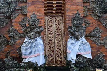 Batuan Temple - Gate Statues