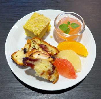 デザートの盛り合わせはほろ苦さ、甘さ、酸っぱさが全て味わえる贅沢なプレートになっています。