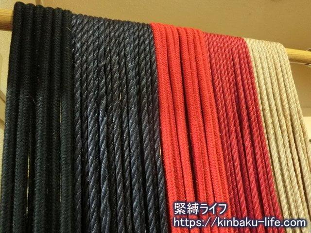 黒・赤の綿の縄、濃紺・紅・生成りの麻縄