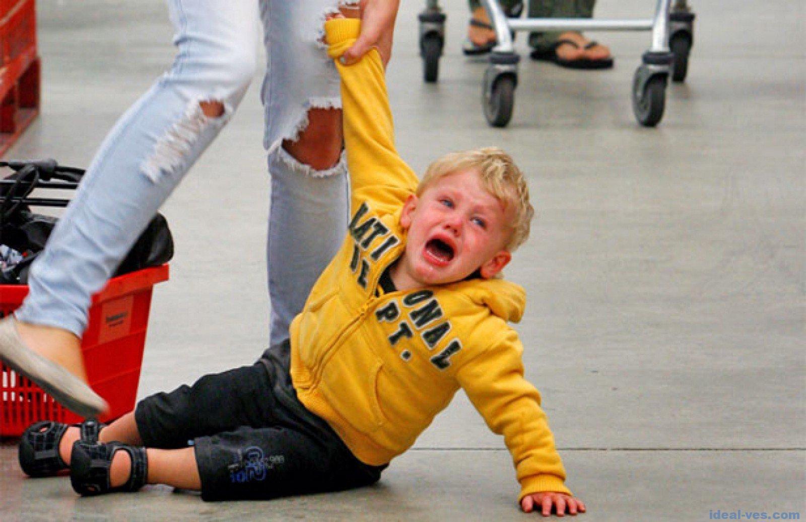 Ребенок закатил истерику в магазине. Что делать? Мнения детских психологов - 1