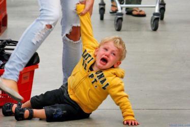 Ребенок закатил истерику в магазине. Что делать? Мнения детских психологов - 3