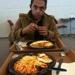 Marcelo hat nach dem langen Warten am Flughafen in Bogotá Hunger
