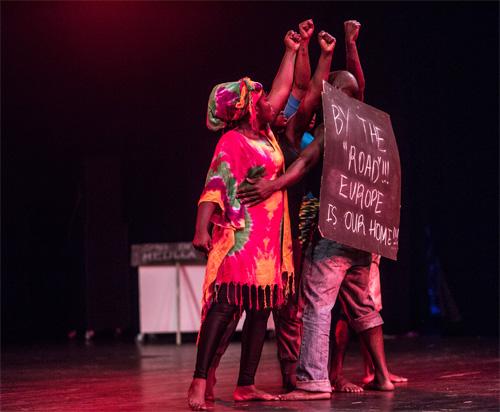 """Szenenfoto aus """"By the road"""", einer Produktion für die KinderKulturKarawane zum Thema Flucht"""