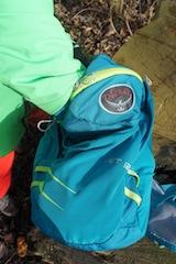 Und Zugriff! Unkompliziert lässt sich der Kinderrucksack von Osprey bedienen. Foto (c) Kinderoutdoor.de