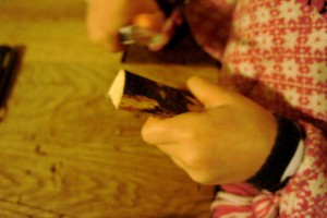 Nun das Holz für den Briefbeschwerer entrinden.  Foto (c) kinderoutdoor.de