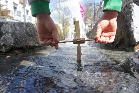 Schon klappert unser Wasserrad am rauschenden Bach. Foto (c) kinderoutdoor.de