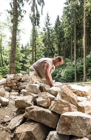 Beim Bergsommer in Kärnten sehen Kinder den Handwerkern zu, die Burg Friesach errichten. foto (c) Burg Friesach Errichtungs-GmbH (© Jürgen Müller)