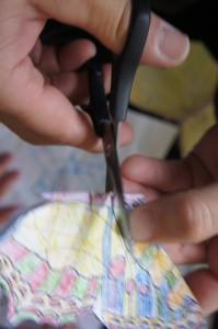 Schnittig! Mit der Schere schneiden wir zwei Schnitte in den Schmetterling.  Foto (c) kinderoutdoor.de