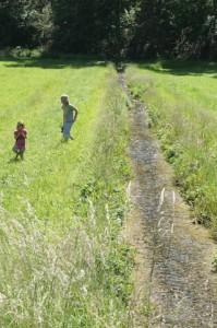 Wie viel Wasser kann ein Kind mit bloßen Händen tragen? Das kriegt Ihr bei der Schnitzeljagd sicher raus.  Foto (c) kinderoutdoor.de