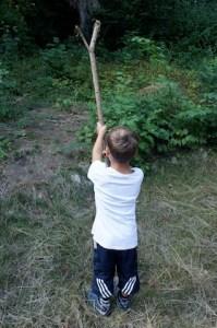 Für das Kinderzelt rammen wir die Stangen kräftig in den Boden. Foto (c) kinderoutdoor.de