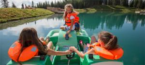 Wer beim Geo Caching mit den Kindern den Schatz vom Högsee entdecken will, muss Tretboot fahren! Foto (c)  Fotoquelle Andreas Kirschner Fiss  Serfaus-Fiss-Ladis