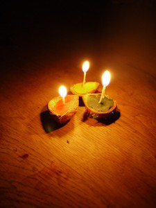 So sehen unsere Kastanienschalen Kerzen aus. Foto (c) kinderoutdoor.de
