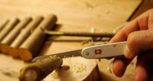 Werken mit dem Taschenmesser: Nun sägen wir den Hollunderzweig ab. Foto (c) kinderoutdoor.de
