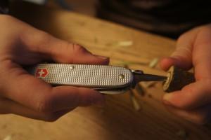 Werken mit dem Taschenmesser: Nun entfernen wir das Mark vom Hollunder. foto (c) kinderoutdoor.de