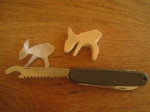 Werken mit dem Taschenmesser: Säg ich doch! Bevor wir schnitzen, sägen wir das Rehkitz aus.  Foto (c) kinderoutdoor.de