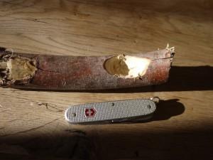 Schnitzen mit dem Taschenmesser: Hier dürfen die Kinder mal richtig aushöhlen.  Foto (c) kinderoutdoor.de