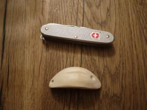 Schnitzen mit dem Taschenmesser: Mit der Ahle bohren wir zwei Löcher für die Haarnadel. foto (c) kinderoutdoor.de
