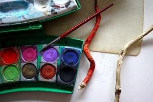 Nach dem Schnitzen malen wir die Schlange mit Wasserfarben an.  foto (c) kinderoutdoor.de
