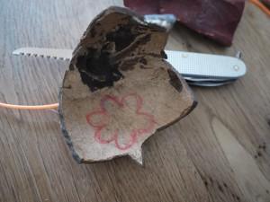 Bevor wir mit dem Taschenmesser loswerken, zeichnen wir den Blumenanhänger auf die Schale der Kokosnuss. Foto (c) kinderoutdoor.de