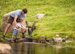 """Im Rahmen von Schennas """"Wasserwerkstatt"""" lernen Kinder auf Erkundungstouren Wissenswertes über das Urelement. Bildnachweis: Tourismusverein Schenna/Florian Andergassen"""