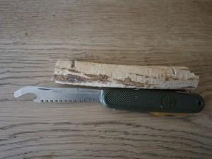 Mit der Säge vom Taschenmesser sägt Ihr am Heck ein.  Foto (c) kinderoutdoor.de