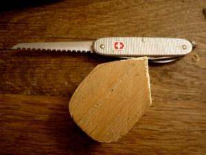 Mit dem Taschenmesser sägt Ihr die Maus aus, bevor ihr los schnitzt. foto (c) kinderoutdoor.de