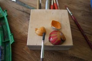 Wir basteln weiter mit den Muscheln und malen nun die Details.  foto (c) kinderoutdoor.de