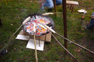 Lagerfeuer machen, aber richtig. Erkundigt Euch zuerst ob Ihr im Garten ein offenes Feuer entfachen dürft.  foto (c) kinderoutdoor.de