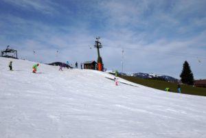 """Ist Skifahren ein Sport für besser verdienende Familien? """"Wobei das Material an sich im Verhältnis zu früher nicht viel teurer geworden ist. Was man sicherlich nicht abstreiten kann ist die Investition von Schneekanon in schneearmen Gebieten was sich dann im Preis der Liftkarten wiederspiegelt,"""" meint unsere Interviewpartnerin.  foto (c) kinderoutdoor.de"""