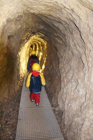 Glück auf! Mit Schutzhelm ausgerüstet steigt Ihr in das Innere vom Grünten ein. foto (c) kinderoutdoor.de