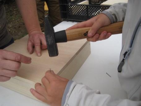 Im nächsten Schritt unserer Bastelanleitung nagelt Ihr nun die Seitenteile an der Bodenplatte fest. foto (c) kinderoutdoor.de